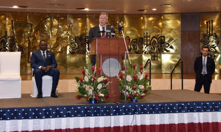 Ambassadeur Gilmour pendant son discours