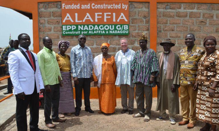 L'ambassadeur David Gilmour (au milieu), le vice-président des opérations en Afrique de l'Ouest d'Alaffia (à gauche), le ministre togolais de la Sécurité Yark Damehane (4e de la gauche) et les autres dignitaires de Nadagou