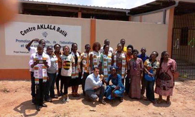 Photo de famille: Mike Pryor (PAO), directrice du centre AKLALA Batik et Mandela Washington Fellows